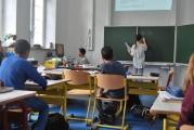 <h5>Ein Klassenzimmer</h5><p>Alle Klassenzimmer verfügen über einen Internetanschluss, Computer und Beamer.</p>