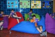 <h5>Die Leseecke</h5><p>Der Deutsch-Unterricht kann auch in der Leseecke stattfinden.</p>