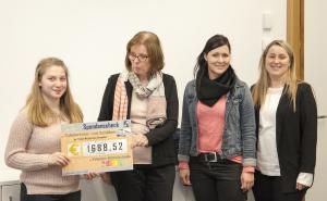 Unsere Schülersprecherin Azra Durukan, Frau Petzold und unsere beiden Vertrauenslehrerinnen Frau Rieger und Frau Hirt bei der Spendenübergabe.