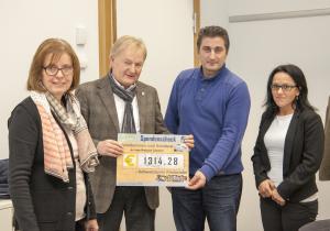Übergabe der Spende an Herrn Labus von der Schweinfurter Tafel durch die Elternsprecher Herrn Eraslan und Frau Kraft und Frau Petzold.