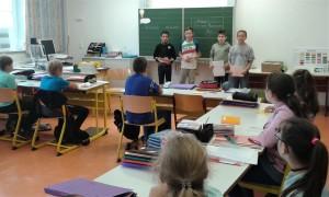 Die Schüler der Klasse 6g begrüßen die neuen Fünftklässer